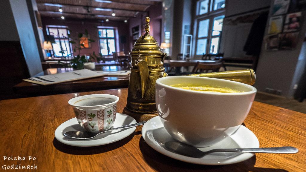 Najlepsze kawiarnie w Krakowie. Cheder na Kaziku oferuje aromatyczną kawę w findżanu.