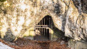 wejscie do jaskini ciemnej w ojcowski parku narodowym