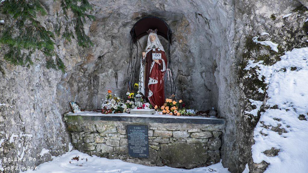 Grota świętej Kingi z jej posążek przy runiach zamku w Pieninach na szlaku niebieskim.