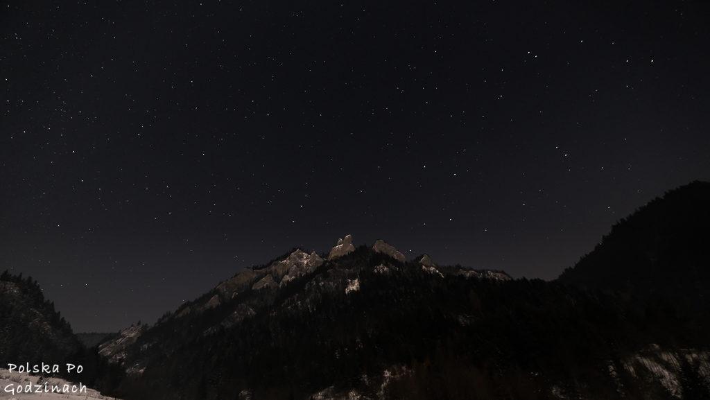 Gwieździste niebo nad Trzema Koronami w Pieninach. Zdjęcie wykonane na szlaku z Sromowców Niżnych.