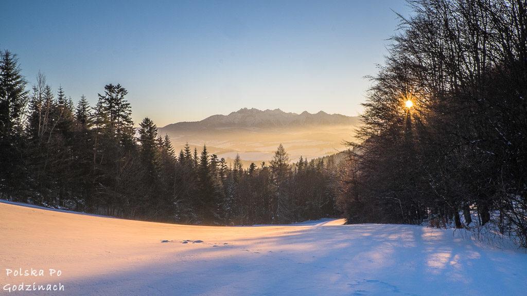 Piękny zachód słońca nad Tatrami widoczny z Przełęczy Szopka w Pieninach.
