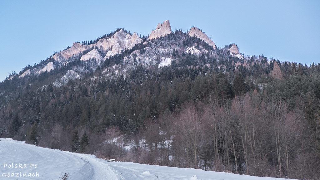 Widok na Trzy Korony z żółtego szlaku. Pieniny zimą.