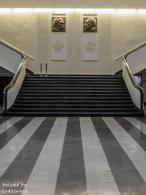 Schody prowadzące na wystawę w Muzeum Emigracji w Gdyni.