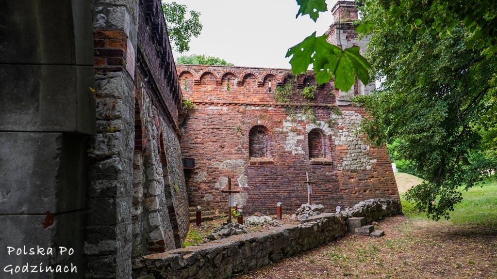 Pałac w Pilicy na Szlaku Orlich Gniazd. Mury obronne otaczające pałac.
