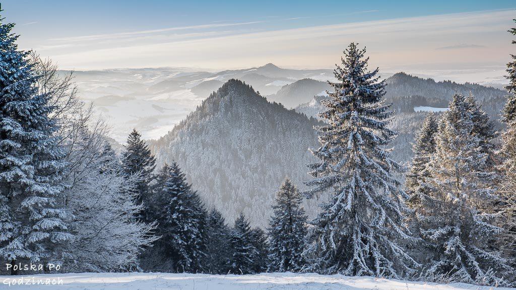 Widoka na Nową Górę ze szlaku niebieskiego: Trzy Korony - Sromowce Niżne. Pieniny.