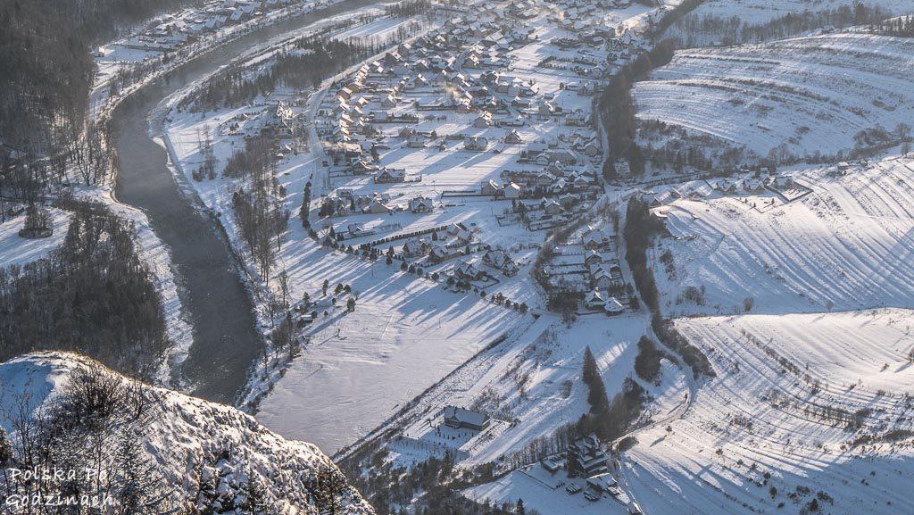 """Śnieżna i mroźna zima w Pieninach. Dunajec, Sromowce Niżne oraz Schronisko PTTK """"Trzy Korony"""" widziane ze szczytu Trzech Koron."""