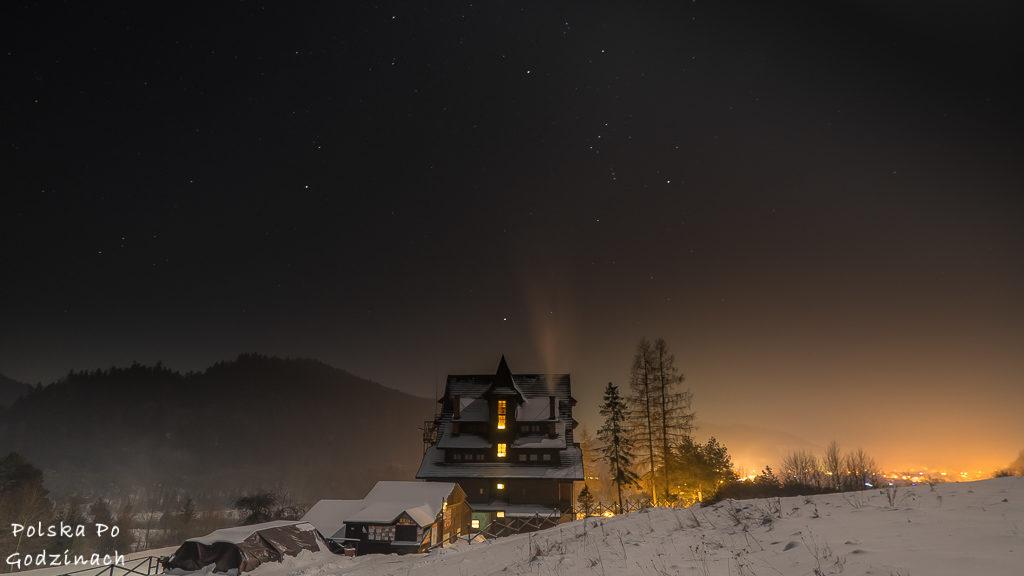 """Schronisko PTTK """"Trzy Korony"""" podczas gwieździstej nocy w Sromowcach Niżnych w Pieninach."""