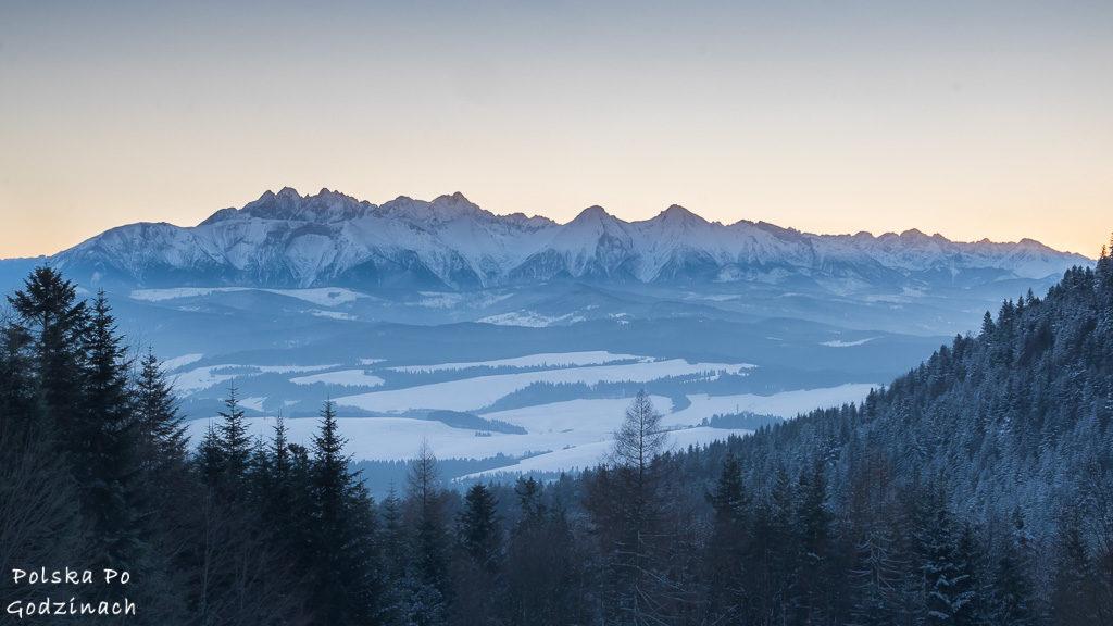 Panorama Tatr widziana z Przełęczy Szopka w Pieninach. Leży na szlaku z Trzech Koron do Sromowców Niżnych.