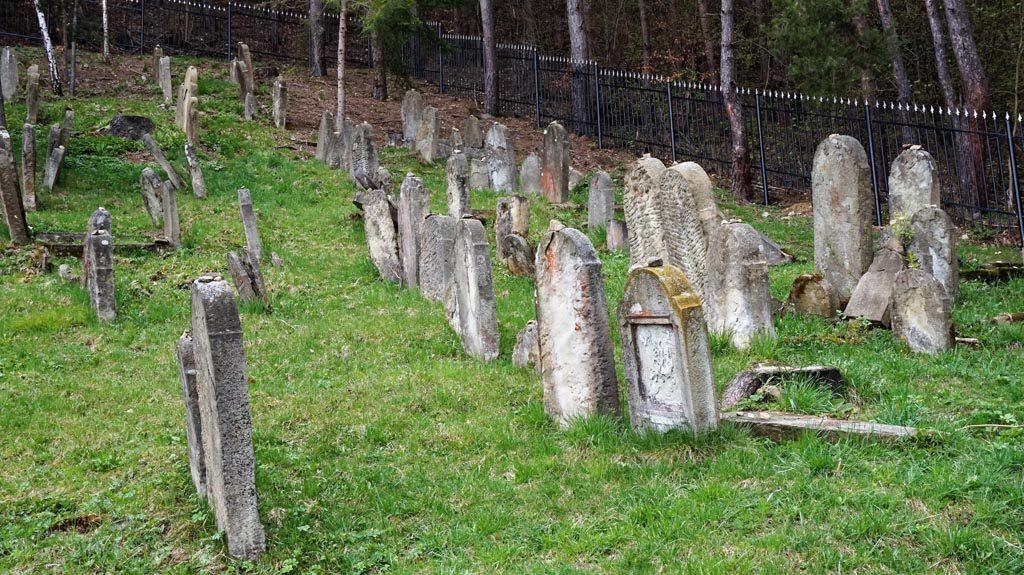 Macewy na żydowskim cmentarzu czyli kirkucie. To miejsce pamięci to jedna z atrakcji Muszyny.