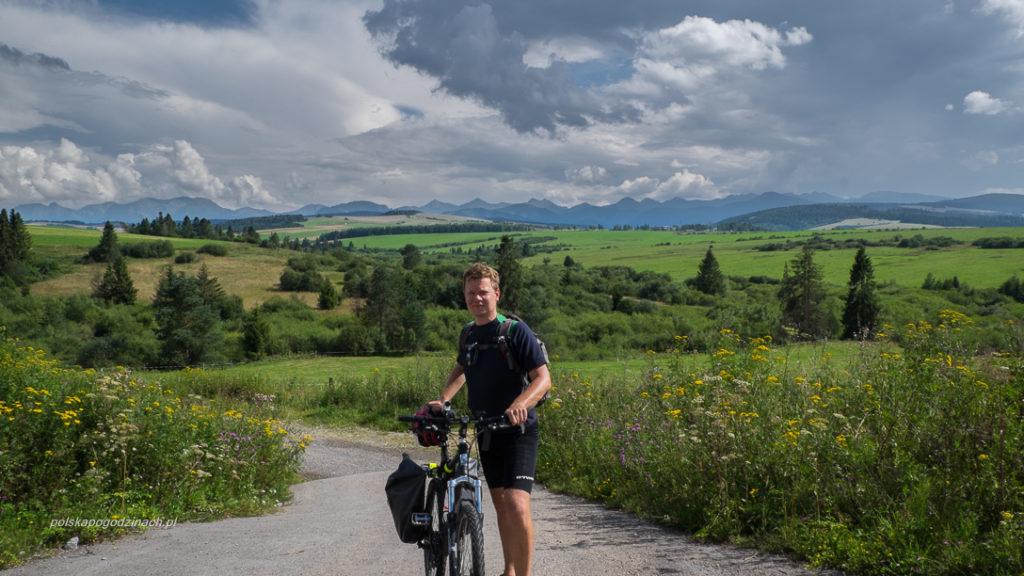 Widok na Tatry ze szlaku rowerowego Szlak Wokół Tatrt