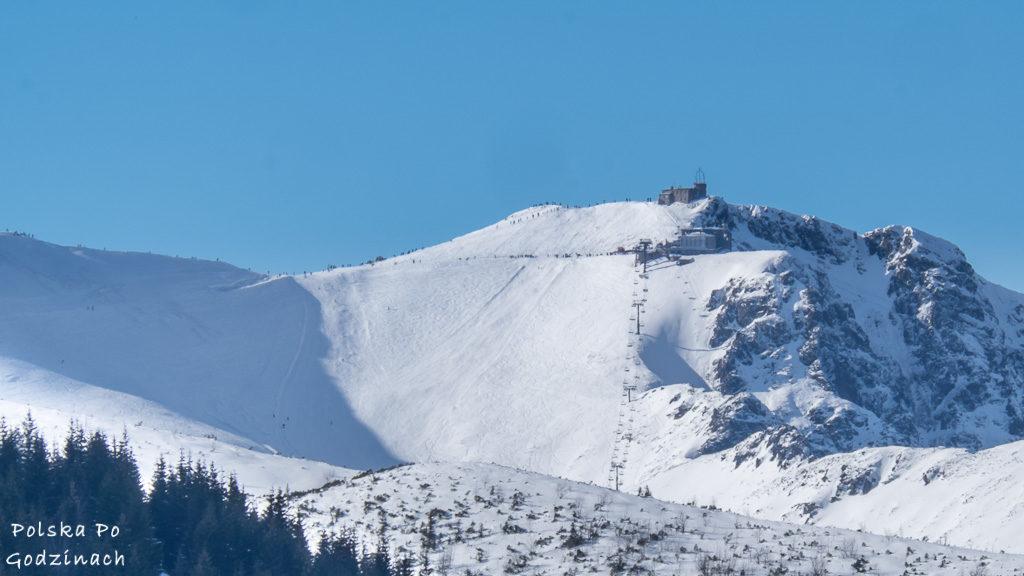 Widok na Kasprowy Wierch z Gęsiej Szyi. Na szczycie stacja kolei linowej, wyciąg dla narciarzy i tłum turystów i narciarzy