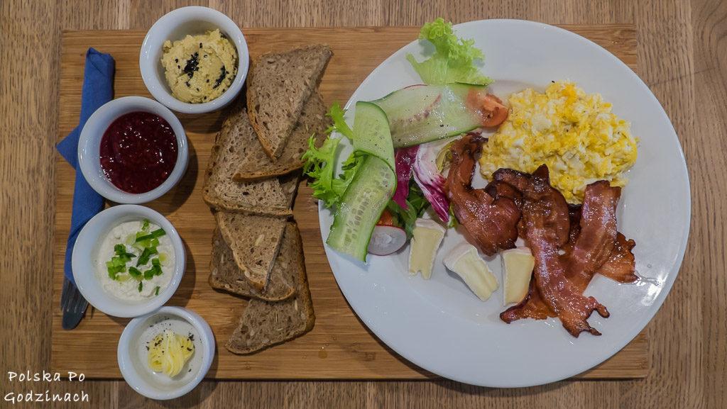 Śniadanie w krakowskim Blossom, jajecznica, boczek oraz smakowite dodatki.