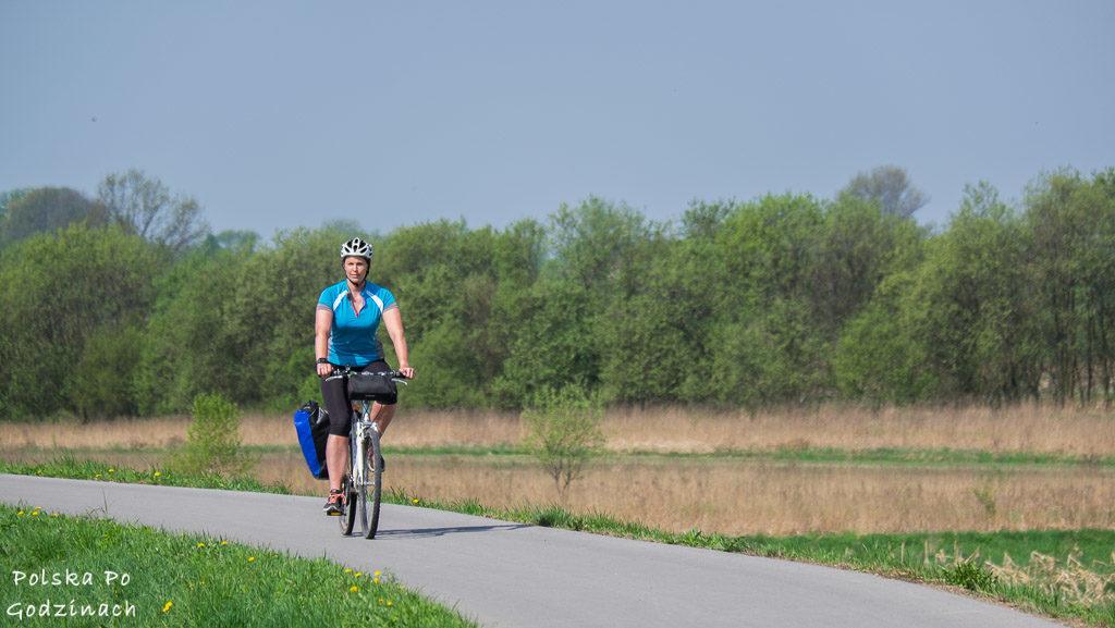 Kasia jedzie Wiślaną Trasą Rowerową po dobrej jakości asfaltowej nawierzchni