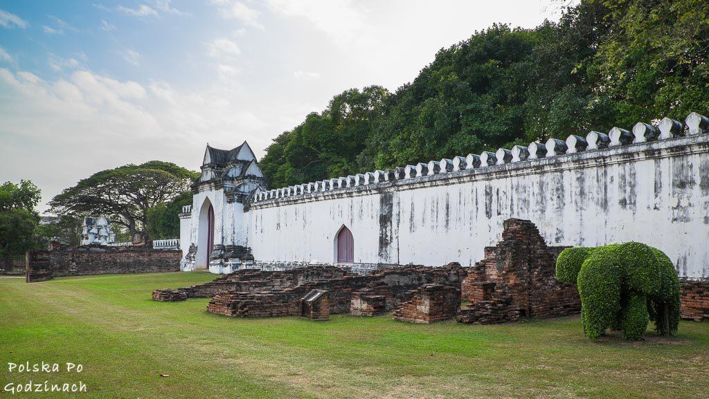 białe, pałacowe mury w Lop Buri