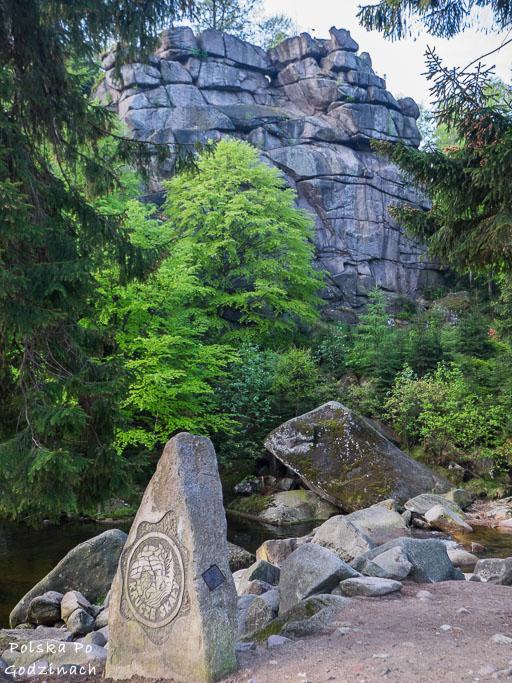 Po drodze do Wodospadu Kamieńczyka mija się Krucze Skały.