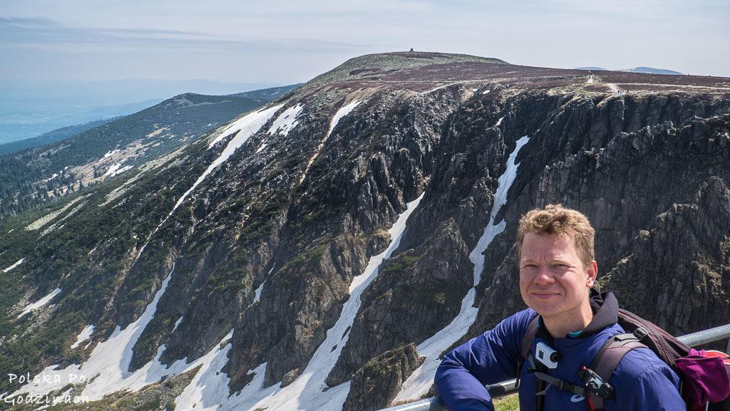 Szczyt Śnieżne Kotły jest dość niebezpieczny, dlatego ogrodzono go barierką.
