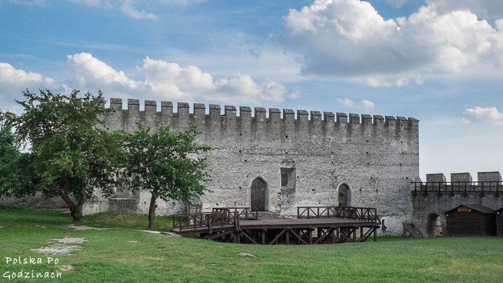 Zamek w Szydłowie zwieńczony jest charakterystycznym zwieńczeniem. To nie jest oryginalny element, został dobudowany znacznie później.