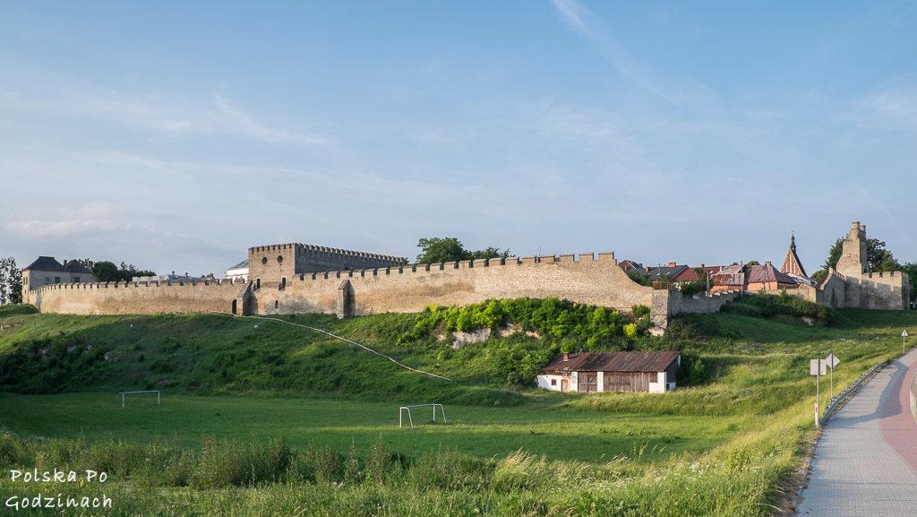 Mury obronne w Szydłowie i zamek powstały na zlecenie Kazimierza Wielkiego.