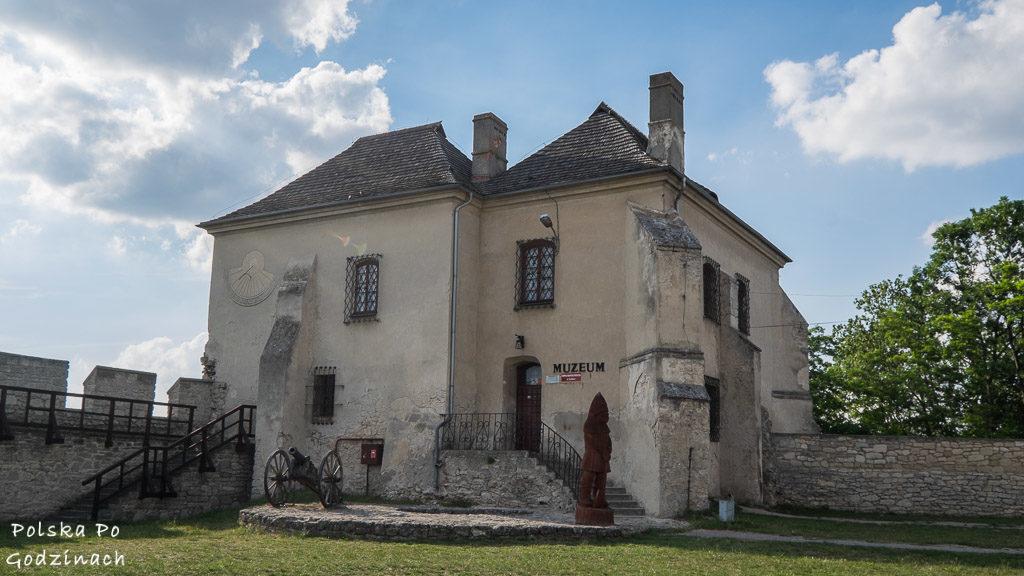 Skarbczyk to dwie połączone ze sobą baszty. Dziś pełni funkcję muzeum Szydłowa.