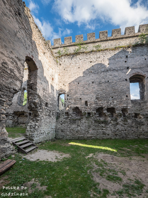 Atrakcją w Szydłowie jest spacer po piastowskich ruinach.