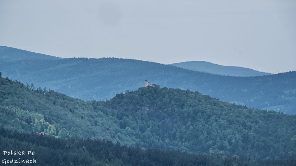 Zamek Chojnik na tle pofałdowanych szczytów