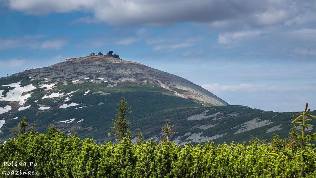 Wejście na szczyt Śnieżki to atrakcja Karkonoszy. Ciekawie jest na górze.