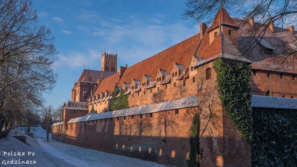 Zamek w Malborku zimą. Ciekawe miejsca w Polsce. To miejsce trzeba zobaczyć.