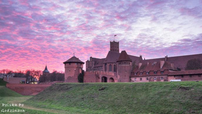 Zachód słońca nad zamkiem krzyżackim w Malborku
