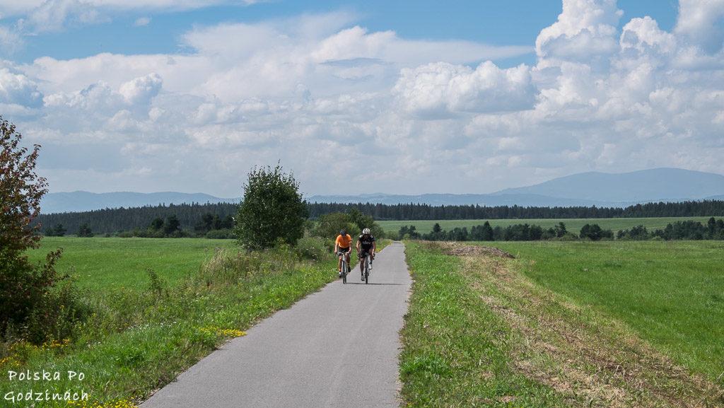 Rowerzyści na rowerowym Szlaku Wokół Tatr