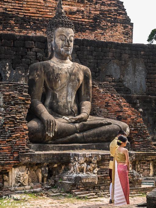 Młoda tajska para na tle rzeźby w Sukhothai