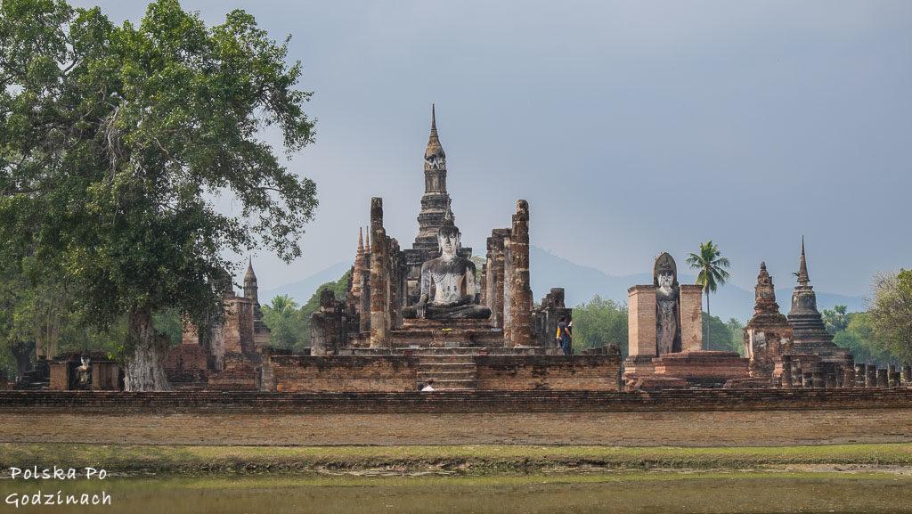 Widok na Wat Mahathat w Sukhothai