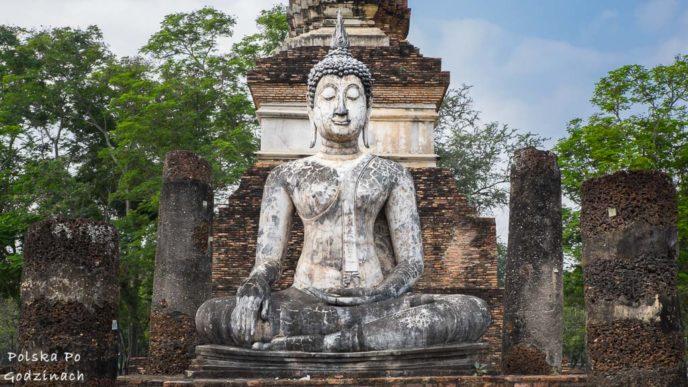 posąg Buddy w ruinach świątyni w Sukhothai