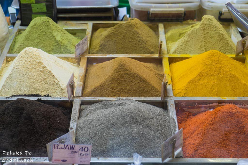 kolorowe przyprawy na rynku Souq Waqif