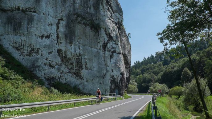 Rowerzysta w Dolinie Prądnika na tle wapiennych skał