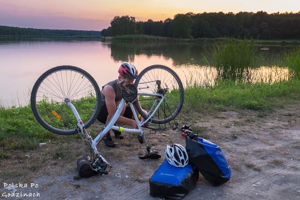 Wymiana dętki w rowerze podczas wycieczki