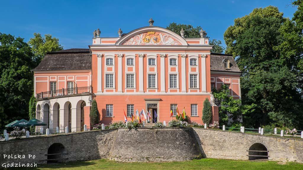 Frontowa fasada Pałacu w Kurozwękach.