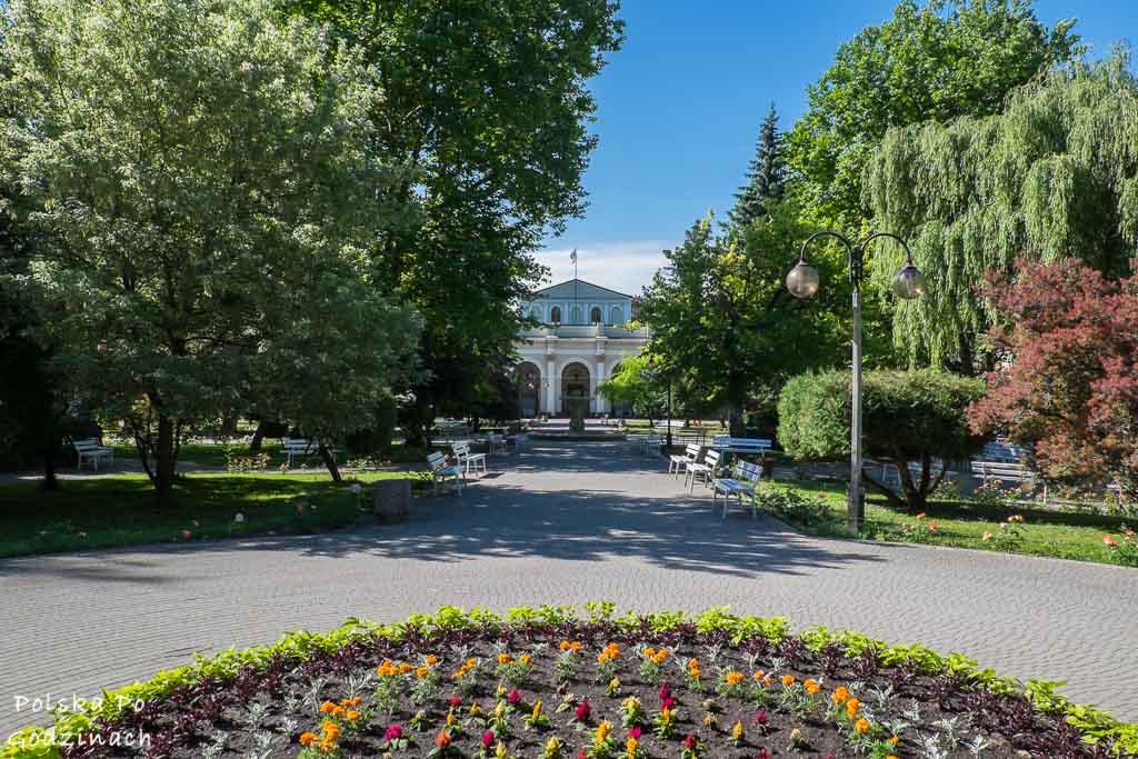 ukwiecony i zielony park zdrojowy w Busko Zdroju
