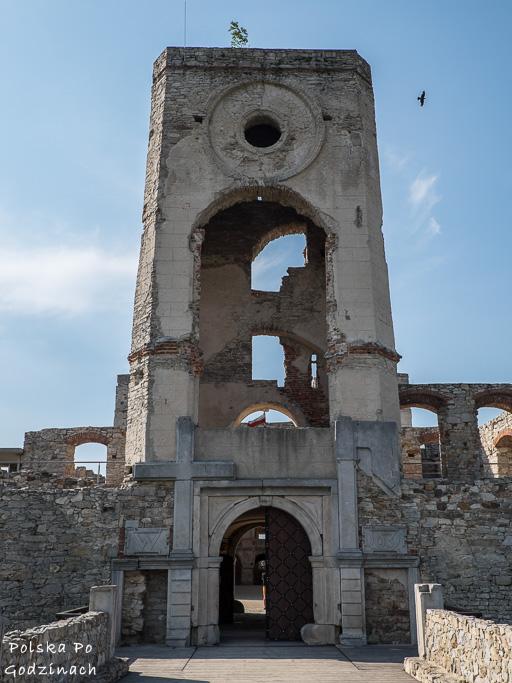 Wieża zegarowa i przejazd bramny do Zamku Krzyżtopór