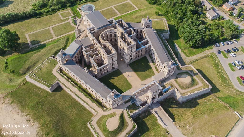 Widok na Zamek Krzyżtopór w Ujeździe z lotu ptaka