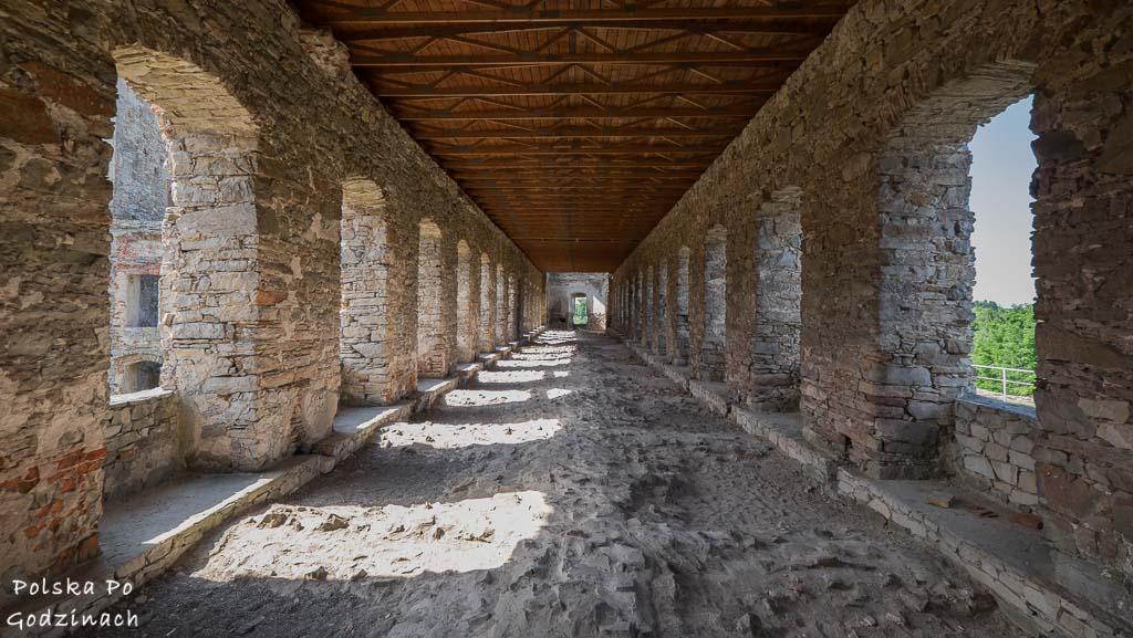 długi korytarz z licznymi oknami