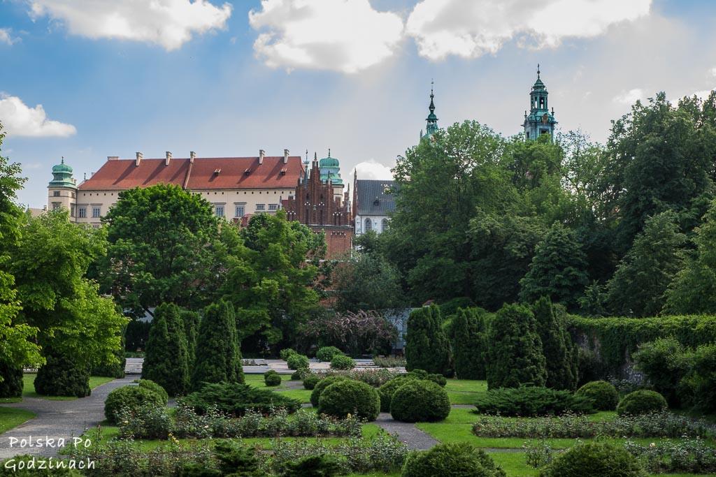 Ogród Muzeum Archeologicznego z widokiem na Wawel