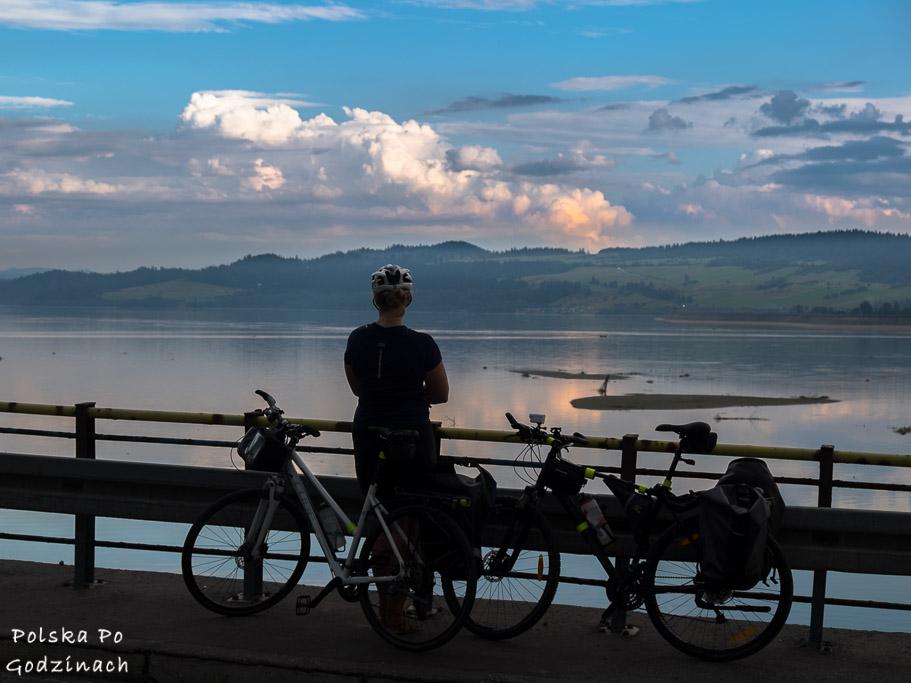 Zachód słońca na Velo Dunajec nad Jeziorem Czorszyńskim.