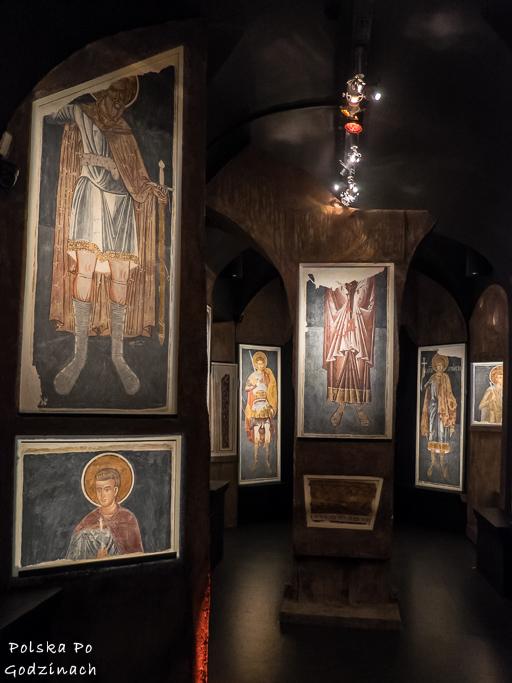 ocalałe fragmenty fresków w jednej z sal Muzeum Ikon w Supraślu