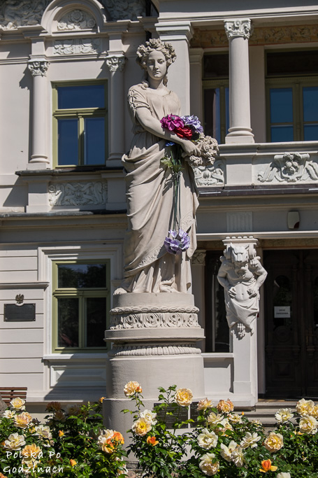 Rzeźba przy pałacu Buchholtzów w Supraślu