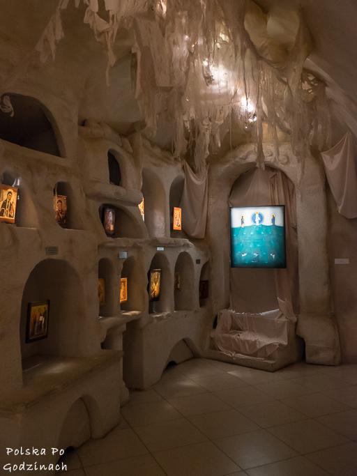 Sala w Muzeum Ikon w Supraślu przypominająca katakumby