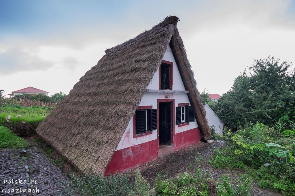 Będąc w Santanie warto zobaczyć zrekonstruowane domki maderskie.