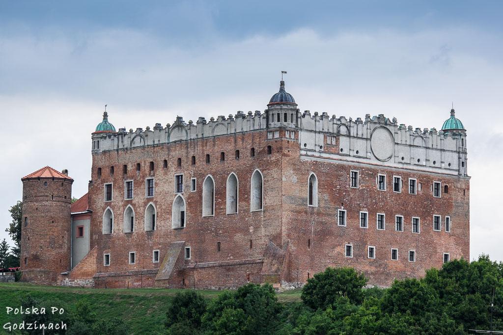 Zamek w Golubiu wznosi się nad wzgórzu.