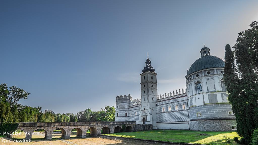 Widok na most i fosę przy zamku w Krasiczynie.