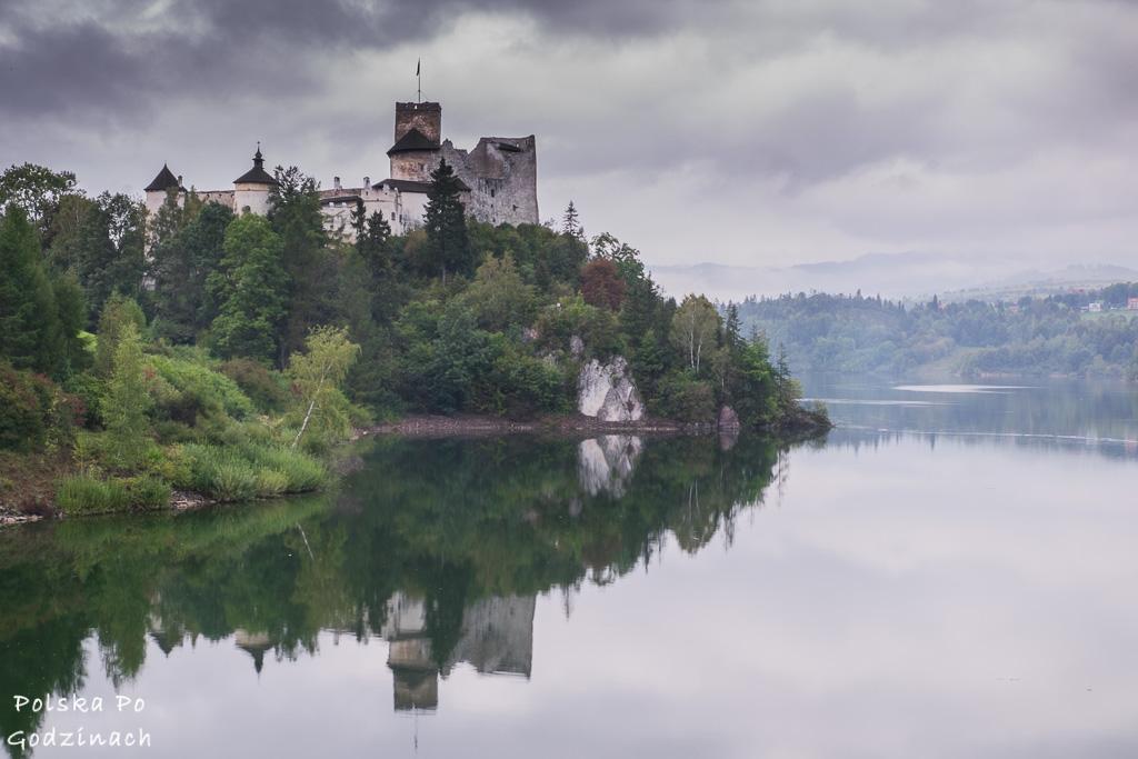 Najpiękniejsze polskie zamki. Zamek w Niedzicy nad brzegiem jeziora.