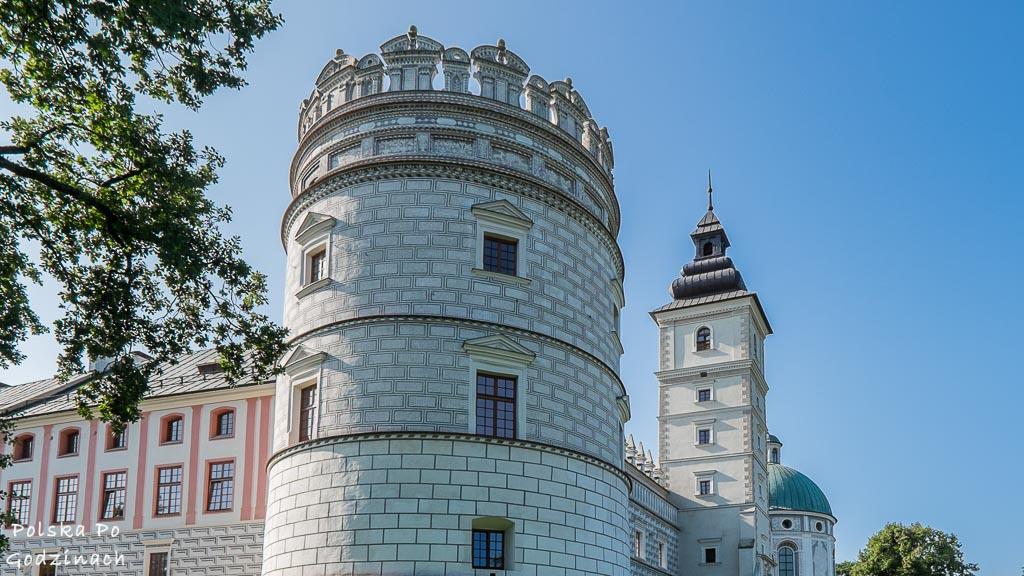 Widok na białą basztę w zamku Krasiczyn.